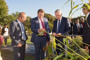 Aleksey Zavarzin (au centre) retrouvant une variété de Sorgo découverte dans le Caucase. Entouré de Monsieur le Maire (à droite) et de Benoit Lambrey, Président de De Natura (à gauche)